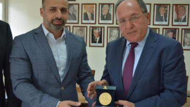 Photo of الجوزو قدم ميدالية مدغشقر للرئيس العالمي للجامعة اللبنانية الثقافية في العالم عباس فواز