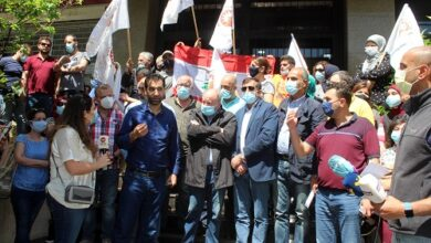 Photo of العاملون الاجتماعيون اعتصموا مطالبين بالتراجع عن قرار الصرف